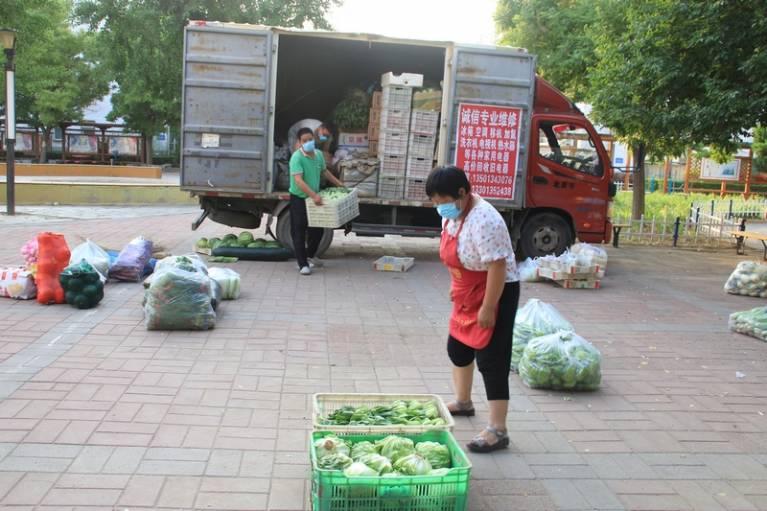 晨拍社区里的蔬菜直通车1.jpg