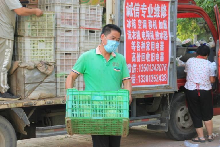 晨拍社区里的蔬菜直通车8.jpg