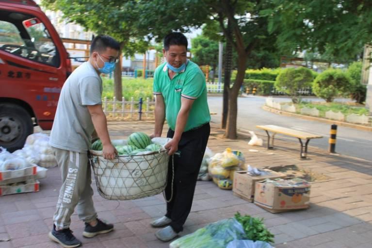 晨拍社区里的蔬菜直通车11.jpg