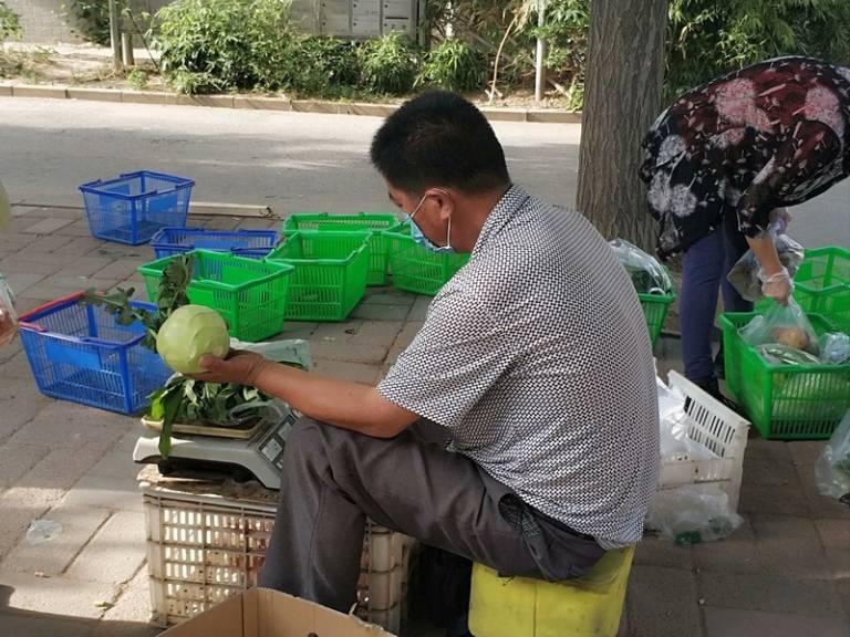 晨拍社区里的蔬菜直通车17.jpg